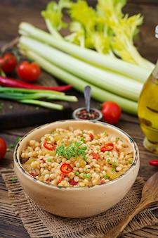 Mingau vegetariano de cuscuz turco com legumes. cardápio dietético. cozinha vegana.