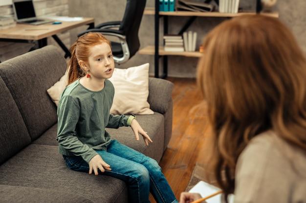 Minha vida. garota simpática e agradável falando sobre si mesma durante uma sessão com a psicóloga