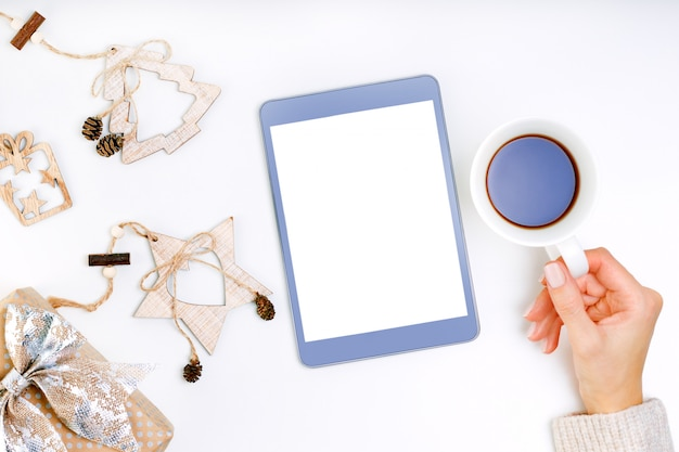 Minhas resoluções de ano novo, metas no tablet. lista de objetivos com a jovem mulher segurando um computador tablet. .