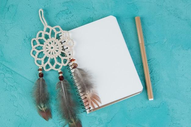 Mini apanhador de sonhos e caderno em branco
