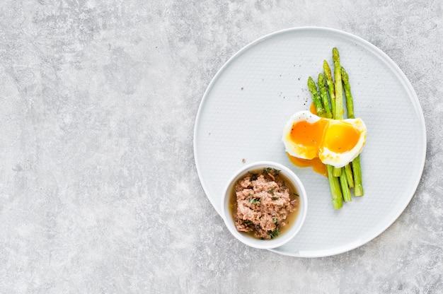 Mini aspargo cozido com ovo e atum.
