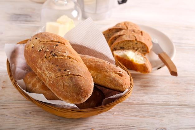 Mini baguete de pão integral caseiro com sementes misturadas