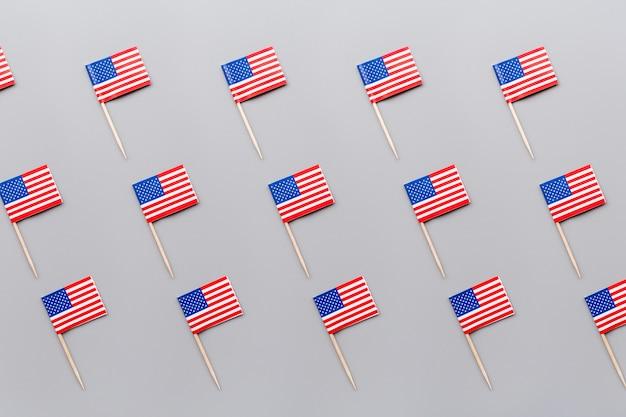Mini bandeiras americanas em cinza