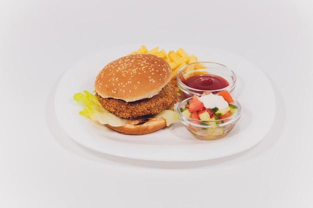 Mini bandeja de hambúrguer com batatas fritas salada isolada