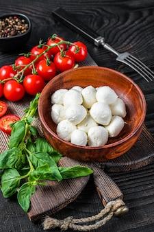 Mini bolinho italiano de queijo mussarela, manjericão e tomate cereja pronto para cozinhar salada caprese