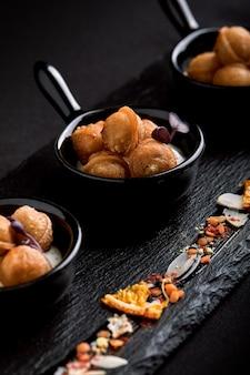 Mini bolinhos de massa em um lindo prato