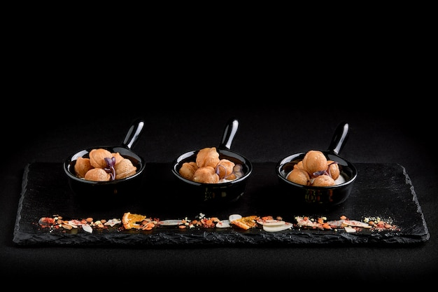Mini bolinhos de massa em um prato bonito. conceito de comida para a restauração.