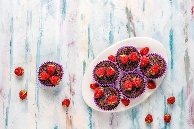 Mini bolinhos sufle de chocolate com framboesas.