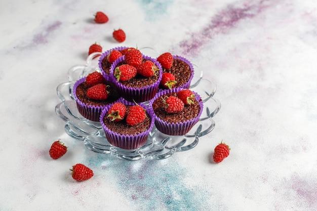 Mini bolinhos suflê de chocolate com framboesas.