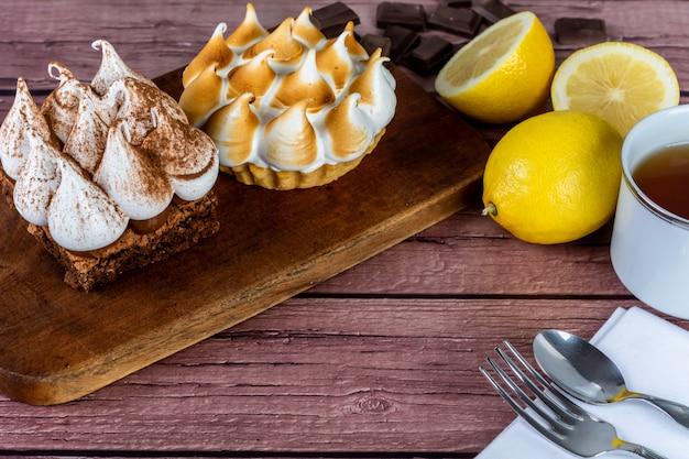 Mini bolo de chocolate e torta de limão.