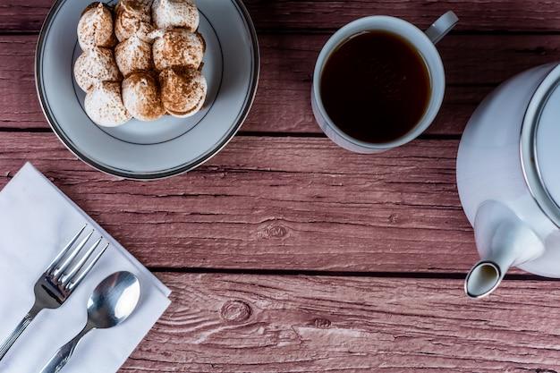 Mini bolo de chocolate e xícara de chá.