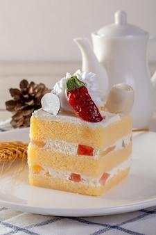 Mini bolo na mesa de madeira branca