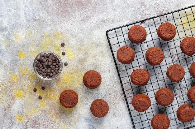 Mini bolos de chocolate.