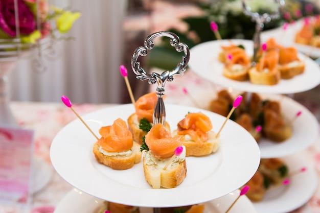 Mini canapés com salmão defumado na mesa