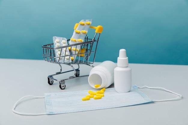 Mini carrinho com artigos médicos. conceito de compras online.