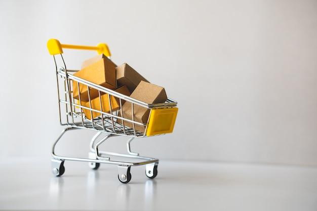 Mini carrinho de compras contém caixa de papel