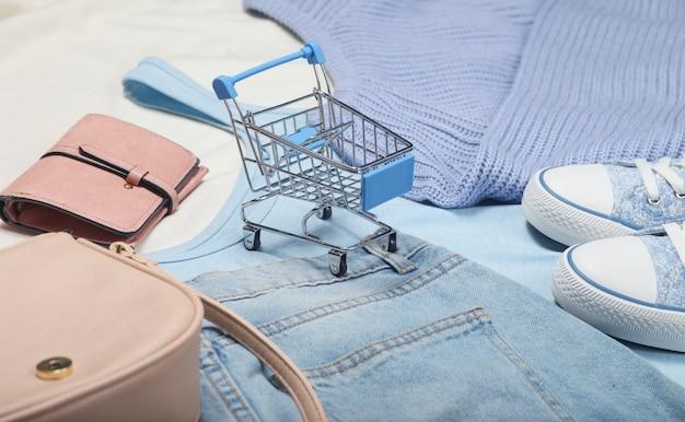 Mini carrinho de compras de coisas e acessórios.