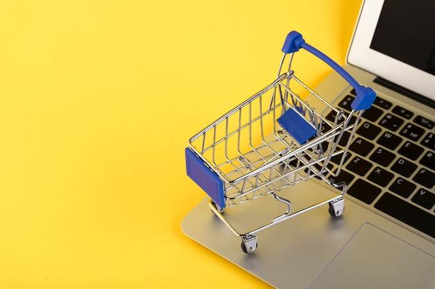 Mini carrinho de compras vazio, carrinho de compras, em um amarelo