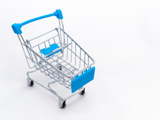 Mini carrinho de supermercado vazio isolado.