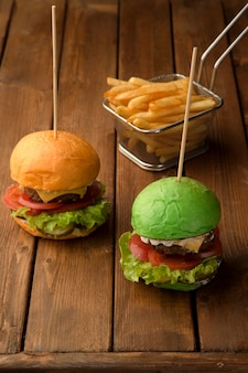 Mini cheeseburgers e batatas fritas crocantes