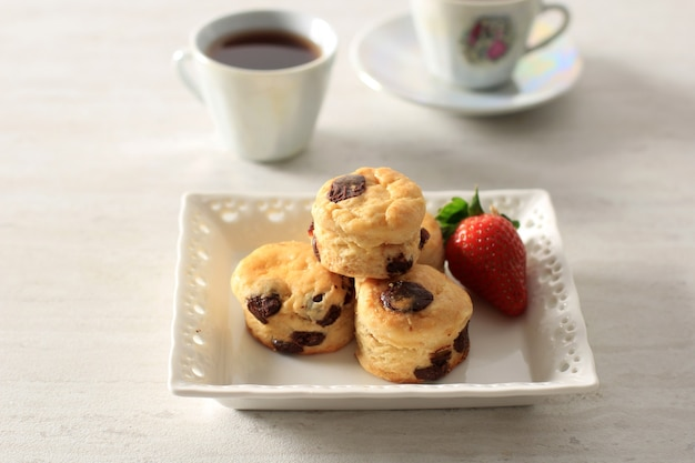 Mini chocolate cranberry scone para tea party. seved with tea, copy space for text