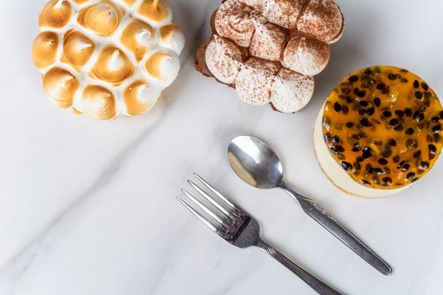 Mini chocolate, torta de limão e bolo de maracujá.