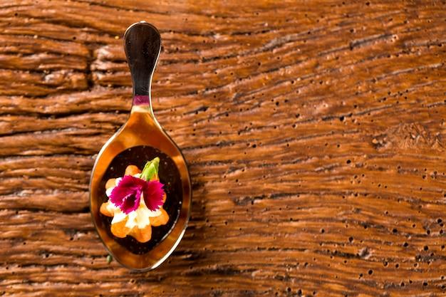 Mini churros salgados, acompanhados de redução de café aromatizado com kombu e recheado com cream cheese de laranja cristalizada na colher. prove petiscos gastronômicos
