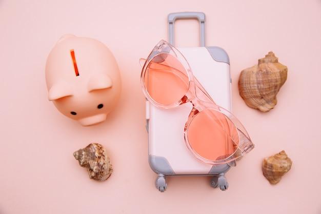 Mini cofrinho mala de viagem e óculos de sol
