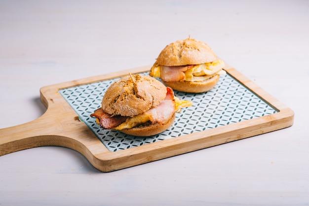 Mini controles deslizantes de hambúrguer. restaurante espanhol clássico tradicional ou item do menu do bar. hambúrguer de bacon alimentado com capim e omelete