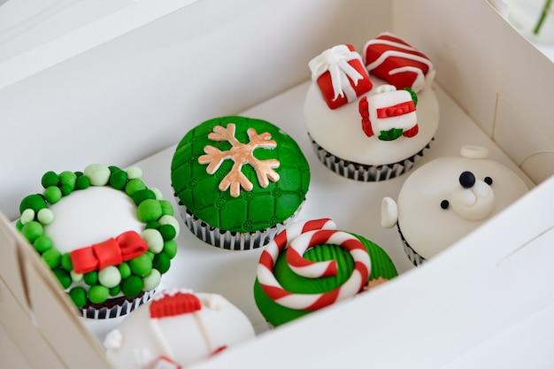 Mini cupcakes de sobremesa de natal festivo sazonal