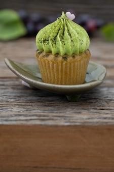 Mini-cupcakes saborosos em um fundo vintage, doce sobremesa para o natal,