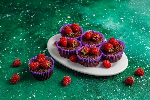 Mini cupcakes sufle de chocolate com framboesas.