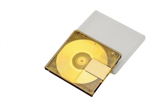 Mini disc-md compacto regravável para gravação digital lançado nos anos 90 em um branco isolado.