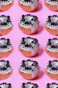 Mini donut oreo fundo rosa e padrão