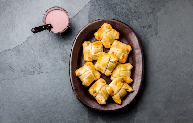 Mini empanadas chilenas em prato de barro