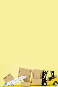 Mini empilhadeira carrega caixas de papelão no avião. entrega rápida de mercadorias e produtos. logística, conexão a locais de difícil acesso. banner, copie o espaço. Foto Premium