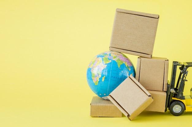Mini empilhadeira carrega caixas de papelão.