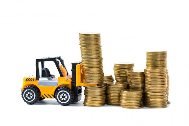 Mini empilhadeira carregando pilha de moedas