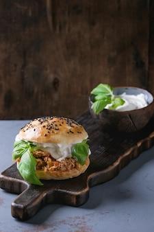 Mini hambúrguer caseiro com frango desfiado