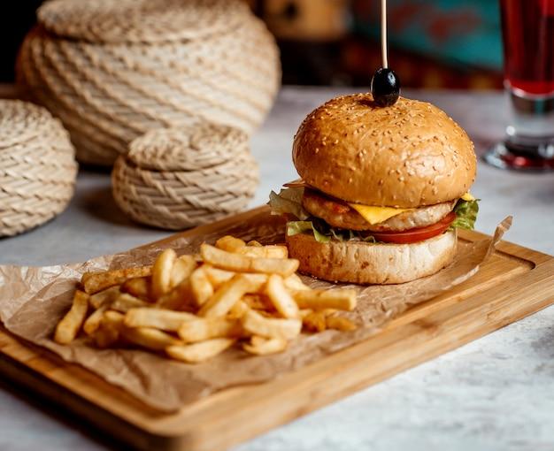 Mini hambúrguer de frango servido com batatas fritas