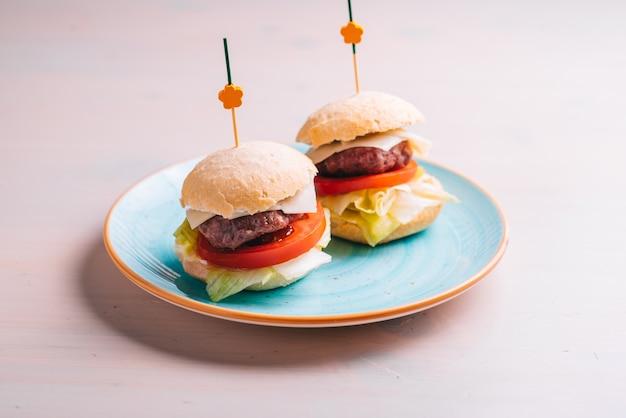 Mini hambúrguer gourmet de carne bovina em um prato