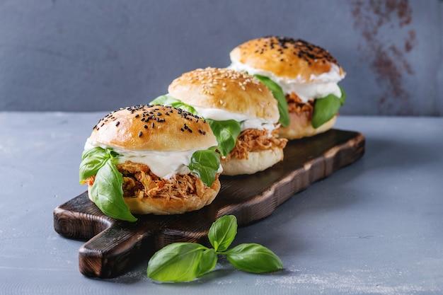 Mini hambúrgueres caseiros com frango desfiado