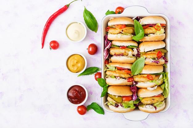 Mini hambúrgueres com hambúrguer de frango, queijo e legumes