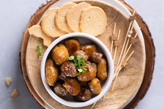 Mini lanches de espetinhos de frango e cordeiro