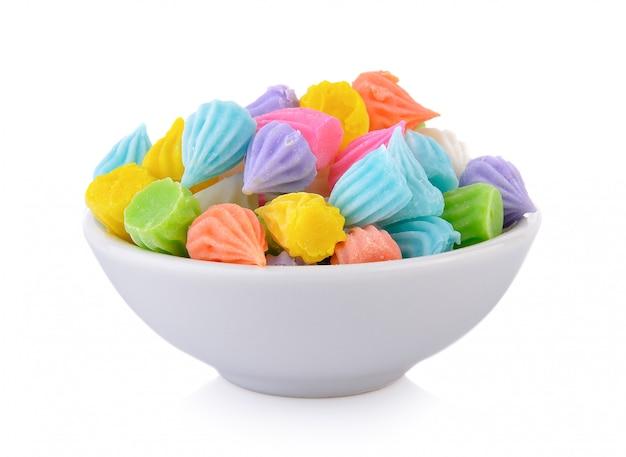 Mini merengues coloridos em tigela branca