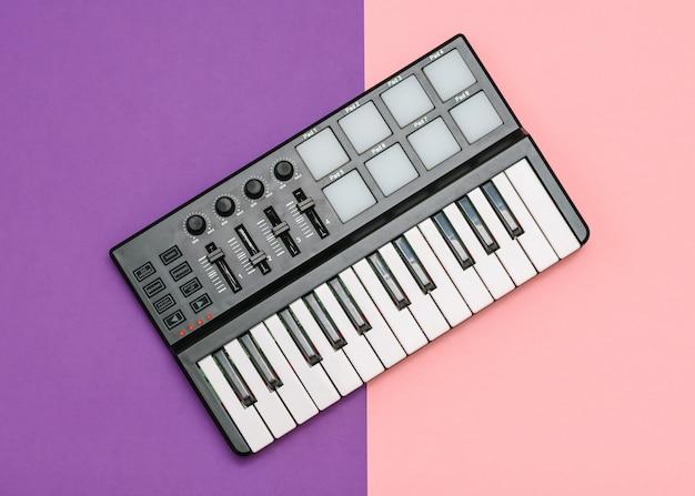 Mini misturador musical em uma superfície de duas cores
