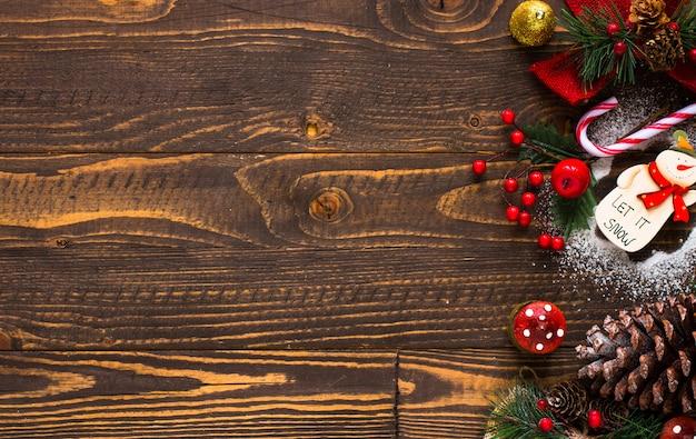 Mini panetone com frutas e decoração de natal, fundo de madeira