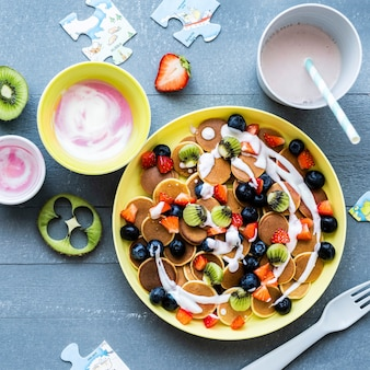 Mini panquecas infantis, com kiwi e frutas vermelhas