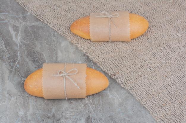 Mini pão branco na superfície de mármore