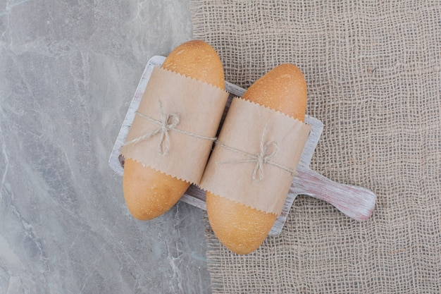 Mini pão branco na tábua de madeira